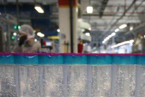 التحقيق مع عمالة وافدة تبيع معقمات مغشوشة عبر الإنترنت